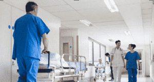 Celadores, enfermeros y médicos trabajando en el hospital