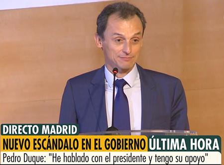 El Ministro Pedro Duque en una rueda de prensa llorando