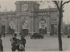 Puerta de Alcalá de Madrid con símbolos comunistas
