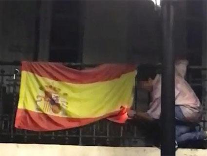 Un joven de extrema izquierda quema una bandera de España en las fiestas de San Mateo en Oviedo