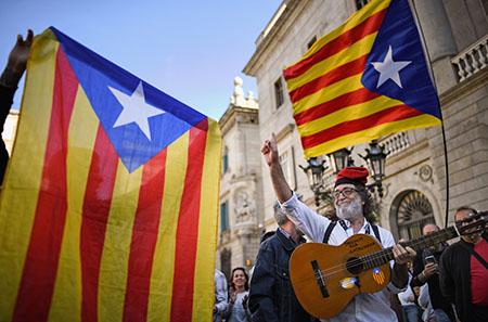 Separatista catalán junto a banderas esteladas separatistas