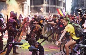 Los separatistas atacan a los Mossos con pintura