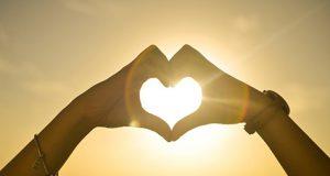 Manos en forma de corazón. Frases de amor