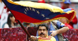 Nicolás Maduro en una acto con una bandera de Venezuela