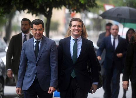 Pablo Casado, presidente del Partido Popular, paseando por la calle