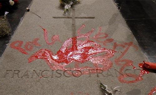 Profanada con pintura roja la tumba de Francisco Franco