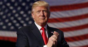 Donald Trump junto a la bandera de Estados Unidos
