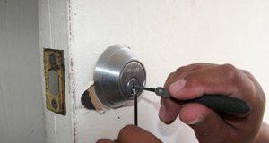 Cerrajero arreglando una puerta