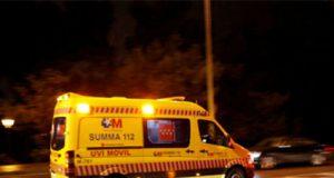 Ambulancia que traslada a una joven apuñalada por la ex de su novio