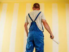 Pintor pintando una pared en el mantenimiento del hogar