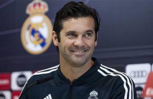 El entrenador del Real Madrid, Santiago Solari, en una rueda de prensa con los periodistas