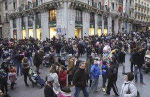 Gente paseando por las calles de Madrid