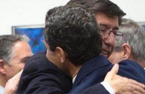 Abrazo en Juan Marin de Ciudadanos y Juan Manuel Moreno del Partido Popular