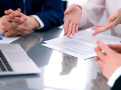 Acuerdo de colaboración. manos trabajando en un proyecto