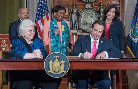 Andrew Cuomo firmando la ley del aborto libre en Nueva York
