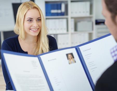 Mujer rubia en una entrevista de trabajo