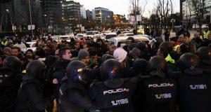 Los taxistas en Huelga se manifiestan frente a la sede del PP