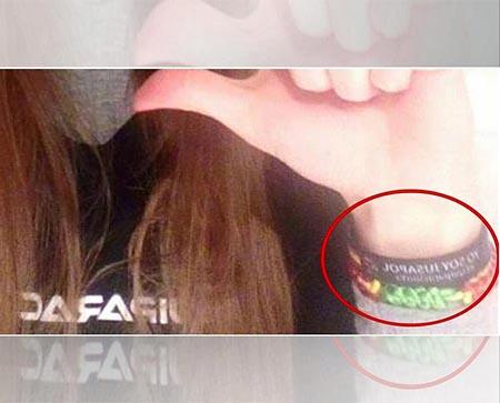 Alumna agredida y expulsada de clase por llevar una pulsera de VOX