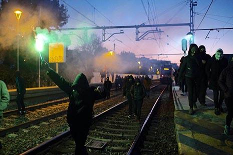 Los CDR tomando con violencia las carreteras y vías de tren en Cataluña