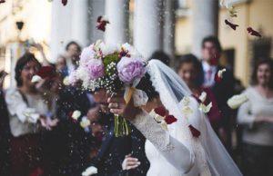 Celebración de una boda tras la salida de la Iglesia