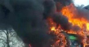 inmigrante incendia autobús con niños