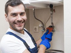 Un trabajador montando una caldera en un hogar
