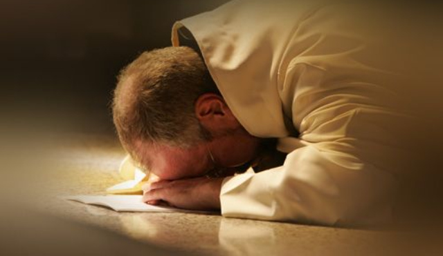 Hombre rezando