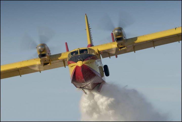 Avión del ejército para fumigar