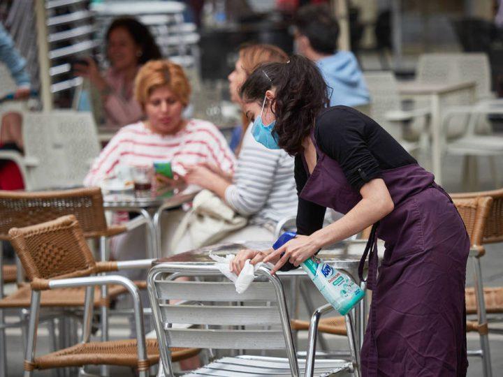 Terraza desinfectada por camarera