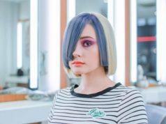 Mujer con el pelo azul